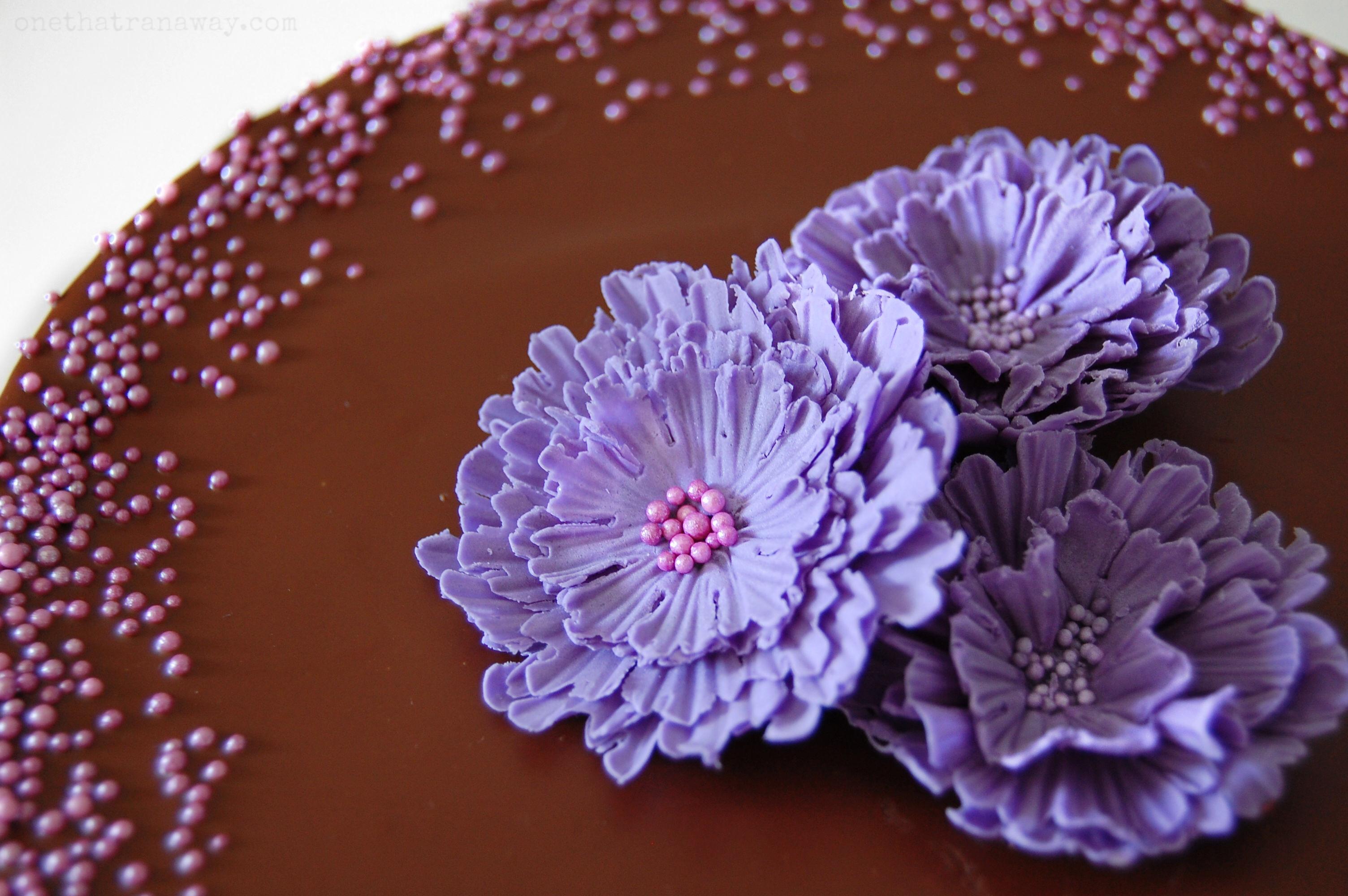 fondant flowers on chocolate cake